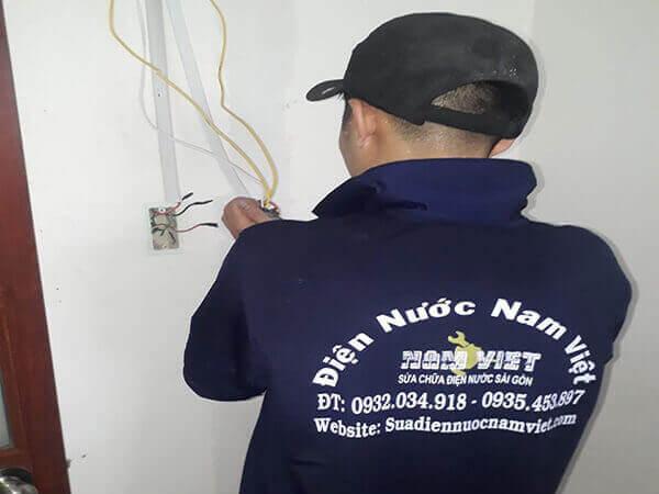 Thợ sửa rò rỉ điện âm tường