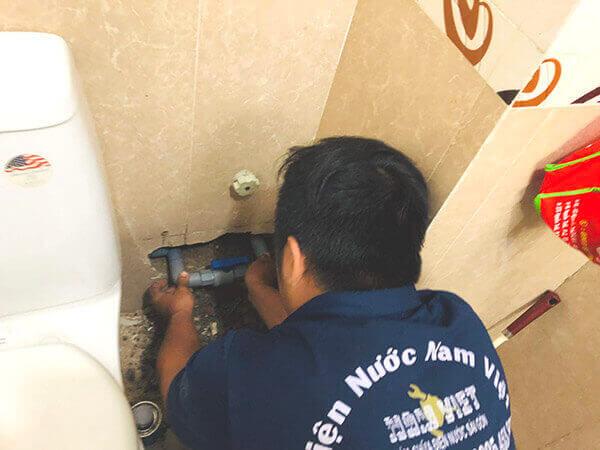 Sửa ống nước nhà vệ sinh bị rò rỉ nước ngầm